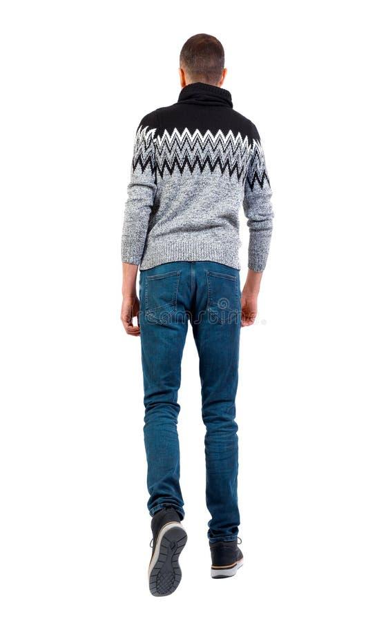 Achteraanzicht om een knappe man te gaan in de winter sweater stock foto's