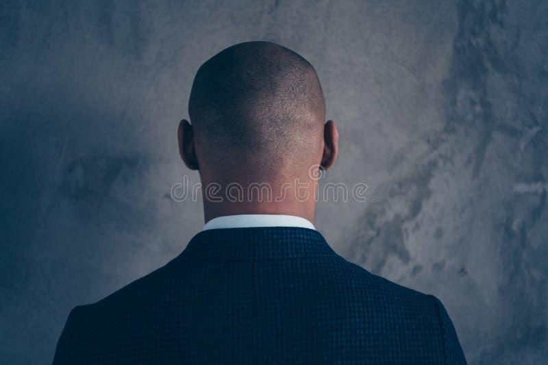 Achterachtergedeelte achter de fotoportret van de close-upmening van nadenkende knappe kerel die terug geïsoleerde grijze achterg stock foto
