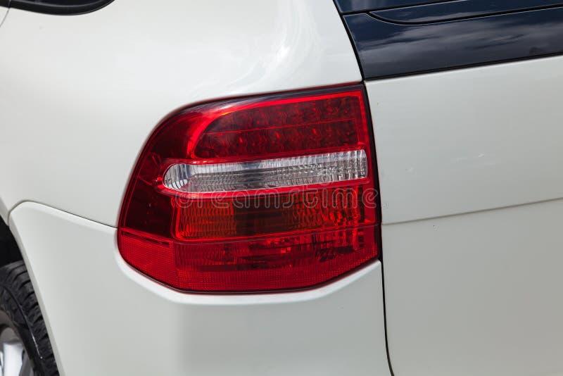 Achterachterlichtmening van Porsche Cayenne 957 2007 in witte kleur na het schoonmaken vóór verkoop in een de zomerdag op parkere stock foto's