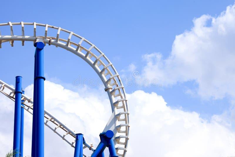 Achterbahnbahnen mit blauem Himmel stockbilder
