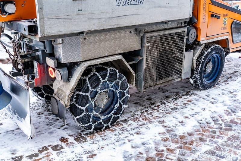 Achterbanden van een auto voor het schoonmaken van de weg in de winterketen royalty-vrije stock afbeelding