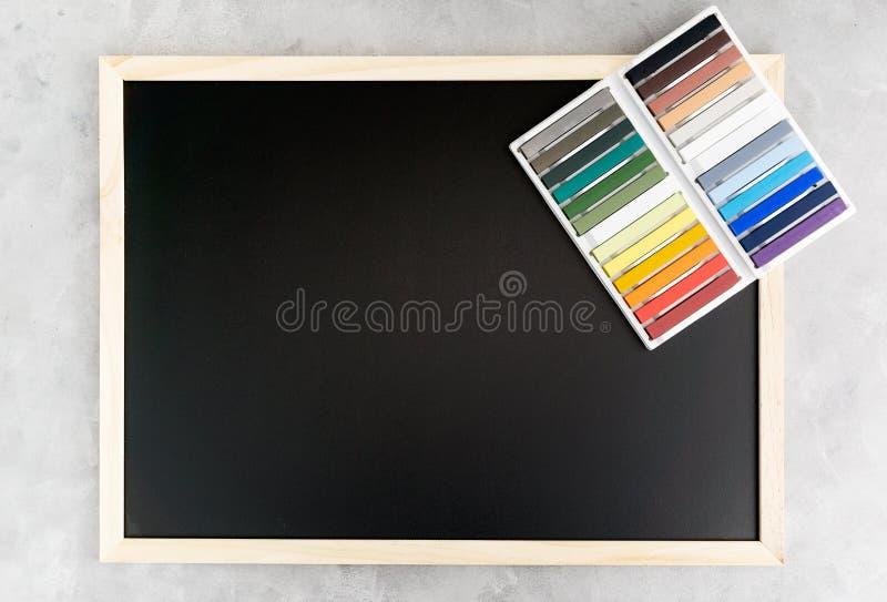 Achterbordmodel met kleurrijk krijt op grijze achtergrond Zaken, binnenlands ontwerp, het van letters voorzien concept stock foto