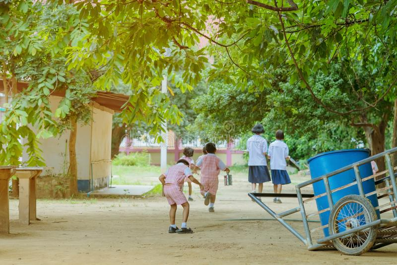 Achterdiemening van Kleuterschoolstudenten terug naar het klaslokaal in werking wordt gesteld royalty-vrije stock foto