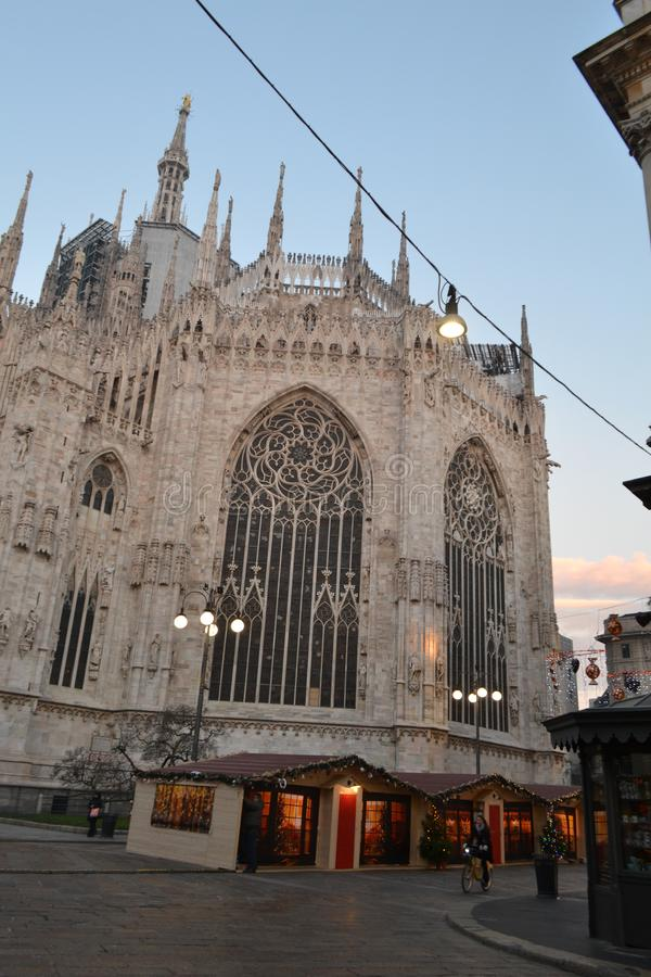 Achtereind van Duomo en kiosken van de Kerstmismarkt in Duomo vroeg in de ochtend stock afbeelding