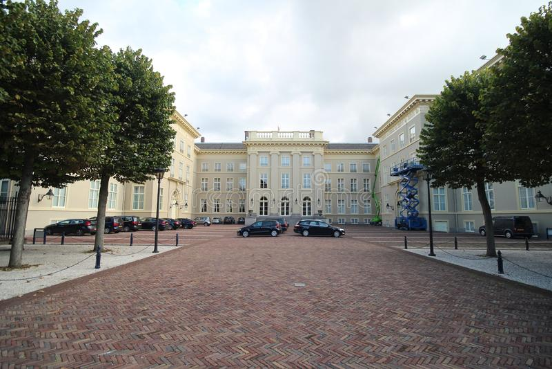 Achtereind van paleispaleis Noordeinde in Den Haag The Hague in Nederland met auto's van de leden van het parlement van stock foto