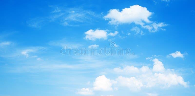 Achtergrond, blauwe hemel met witte wolken royalty-vrije stock foto's