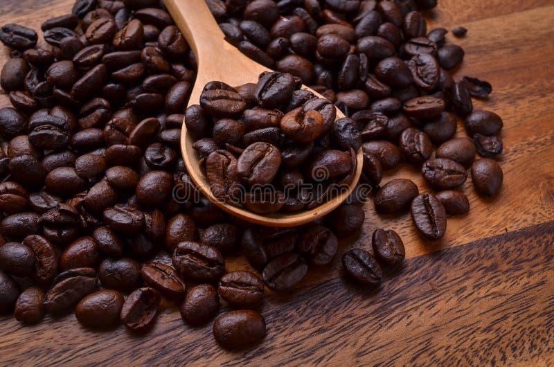 Achtergrond/de Koffiebonen van koffiebonen/Koffiebonen op Houten stock fotografie