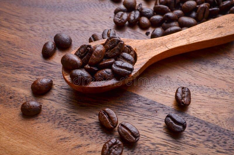 Achtergrond/de Koffiebonen van koffiebonen/Koffiebonen op Houten royalty-vrije stock afbeeldingen
