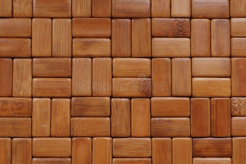 Achtergrond De mat wordt gemaakt van rechthoekige, geschuurde en geverniste bamboehoutsneden stock fotografie