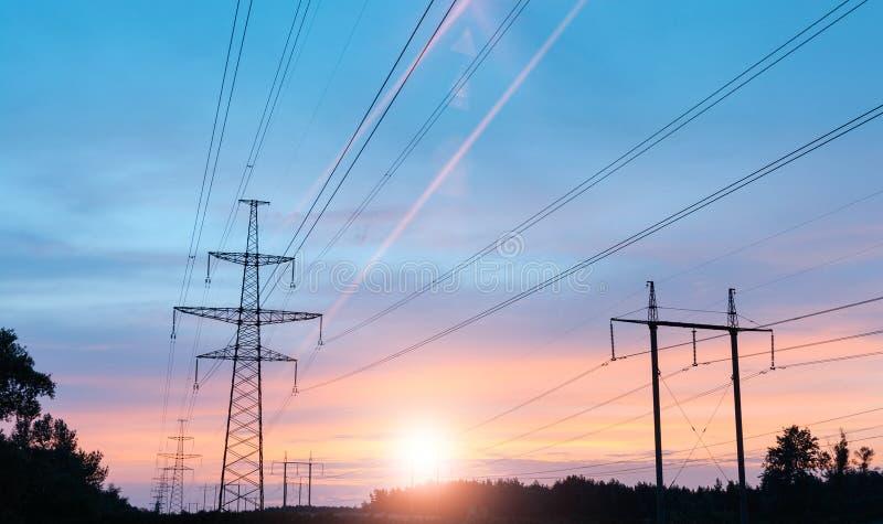 Achtergrond de met hoog voltage van de torenhemel stock fotografie