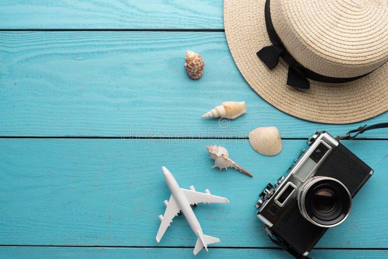 Achtergrond, de Reis en de vakantiepunten van de de zomervakantie op houten lijst Hoogste mening royalty-vrije stock foto