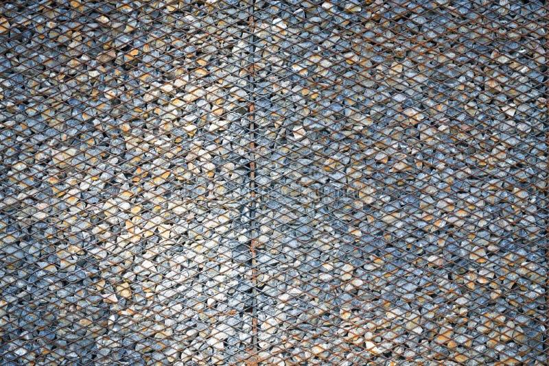 Achtergrond die van de roestige kooi van het metaalnetwerk wordt gemaakt stock afbeelding