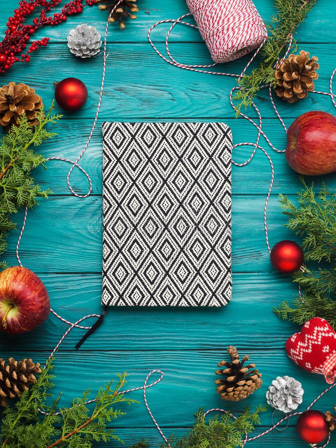 Achtergrond en notitieboekje van het Kerstmis het de donkergroene kader stock foto's