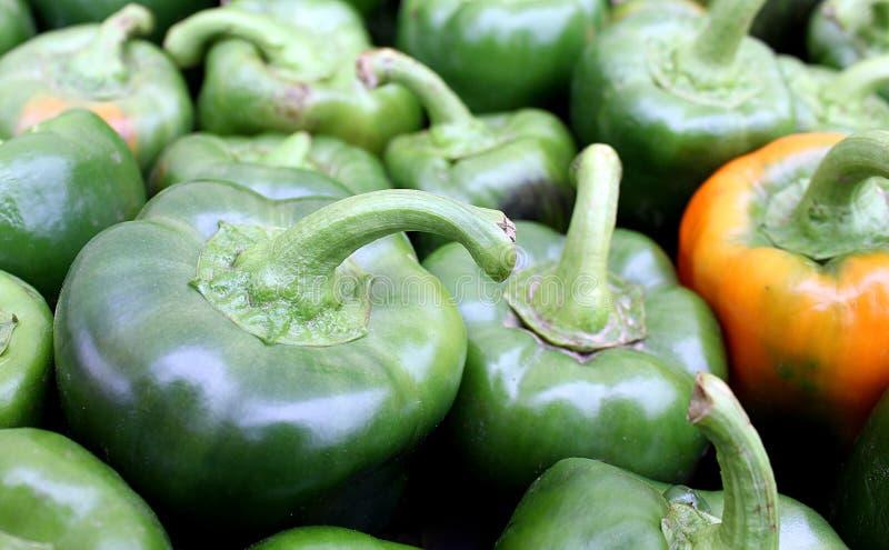 Achtergrond heel wat groene paprika in een grote stapel royalty-vrije stock foto's