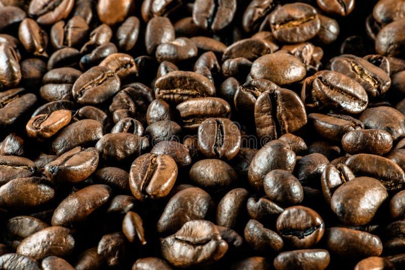 Achtergrond: heel wat koffie gehele korrels ligt Horizontaal gestemd p stock fotografie