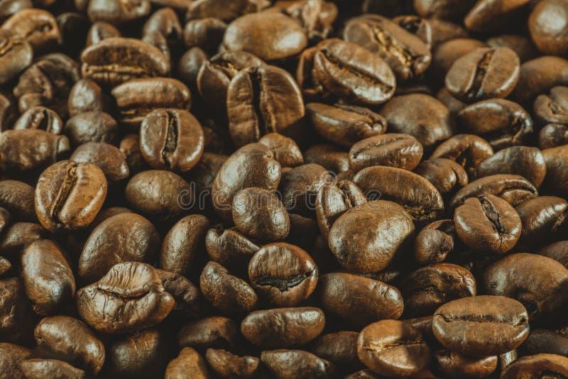 Achtergrond: heel wat koffie gehele korrels ligt Horizontaal gestemd p stock afbeelding