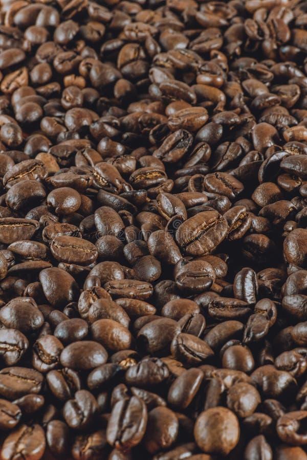 Achtergrond: heel wat koffie gehele korrels ligt Verticale gestemde pho royalty-vrije stock foto