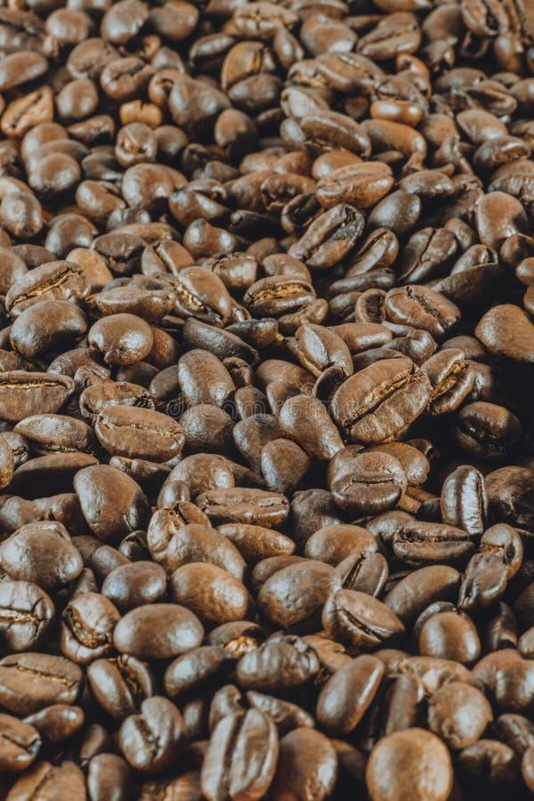 Achtergrond: heel wat koffie gehele korrels ligt Verticale gestemde pho stock afbeeldingen