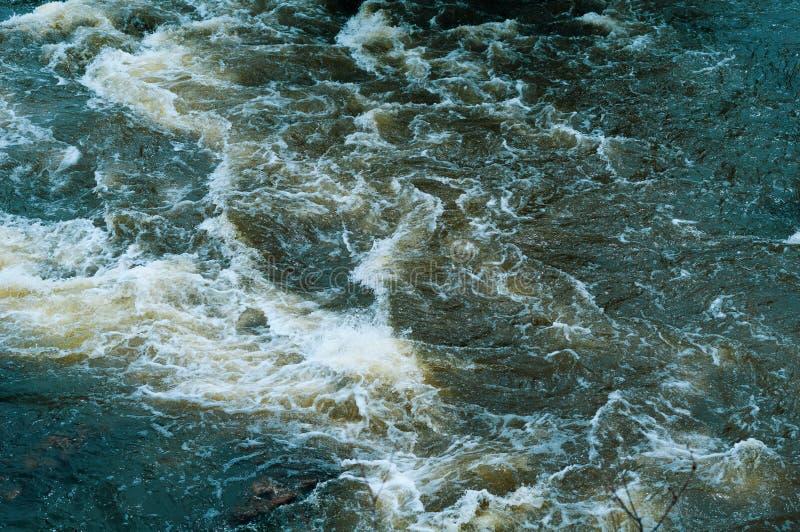Achtergrond, hoogste mening, snel stromende rivier met donkerblauw water en witte schuimgolven stock fotografie