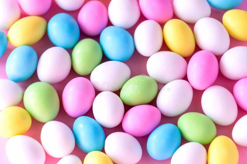 Achtergrond Kleine kleurrijke suikergoedeieren in de tribune Pasen viert concept Sluit omhoog royalty-vrije stock afbeelding