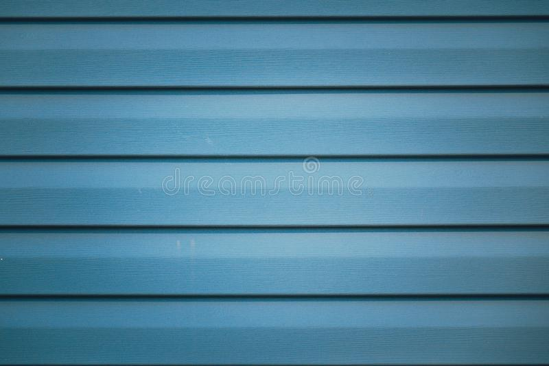 Achtergrond met blauw metaal gestreept fragment van de voorgevel van een gebouw royalty-vrije stock afbeeldingen