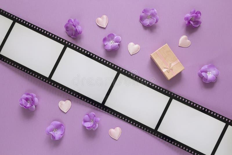 Achtergrond met een kader in de vorm van een film, purpere bloemen, g stock foto