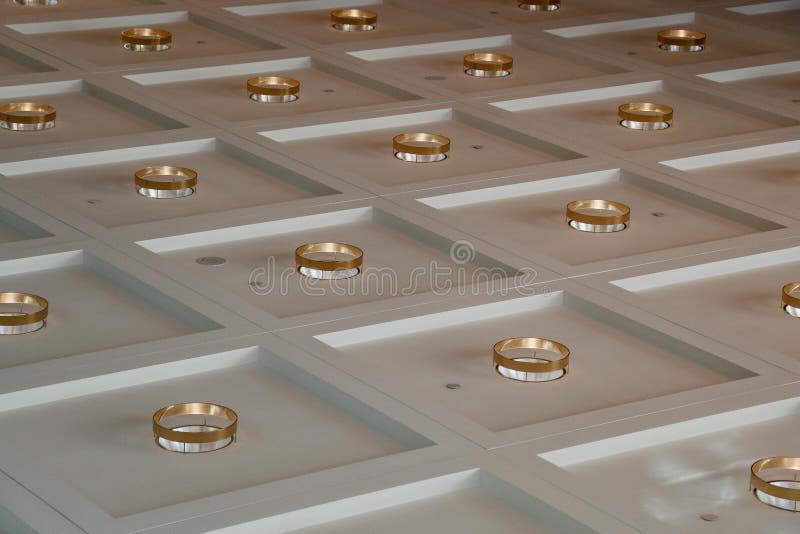 Achtergrond met gouden cirkels wordt geregeld die royalty-vrije stock fotografie