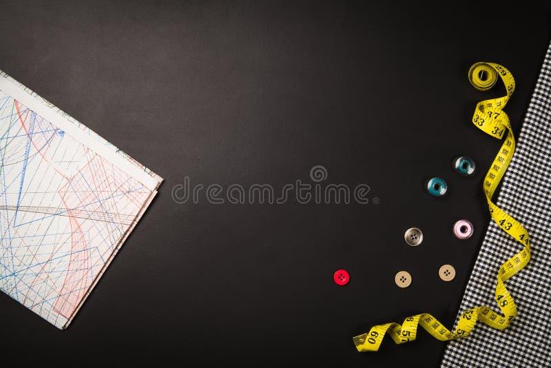 Achtergrond met het naaien van en het breien van hulpmiddelen en toebehoren stock foto's
