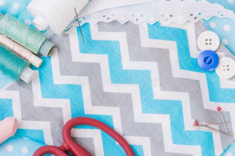 Achtergrond met het naaien van en het breien van hulpmiddelen en toebehoren Een reeks stock afbeeldingen