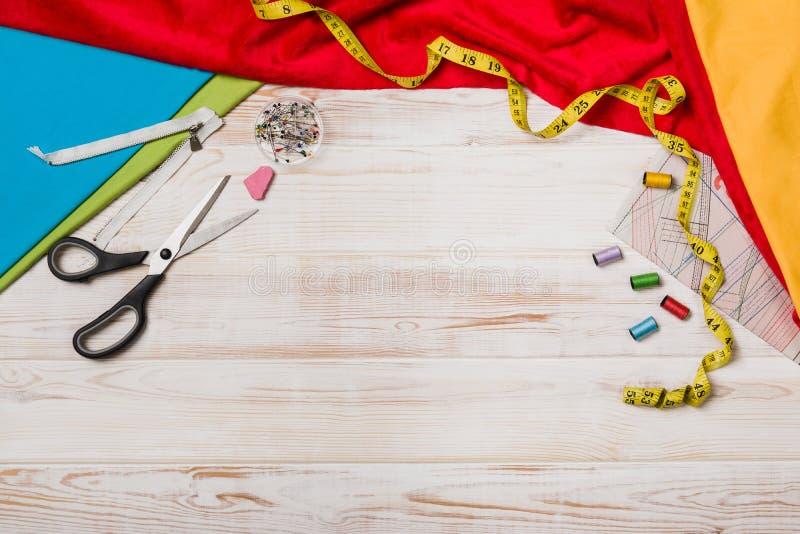 Achtergrond met het naaien van of het breien van hulpmiddelen en toebehoren royalty-vrije stock foto