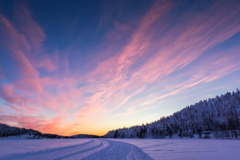 Achtergrond met mooie roze zonsondergang in Lapland stock afbeelding