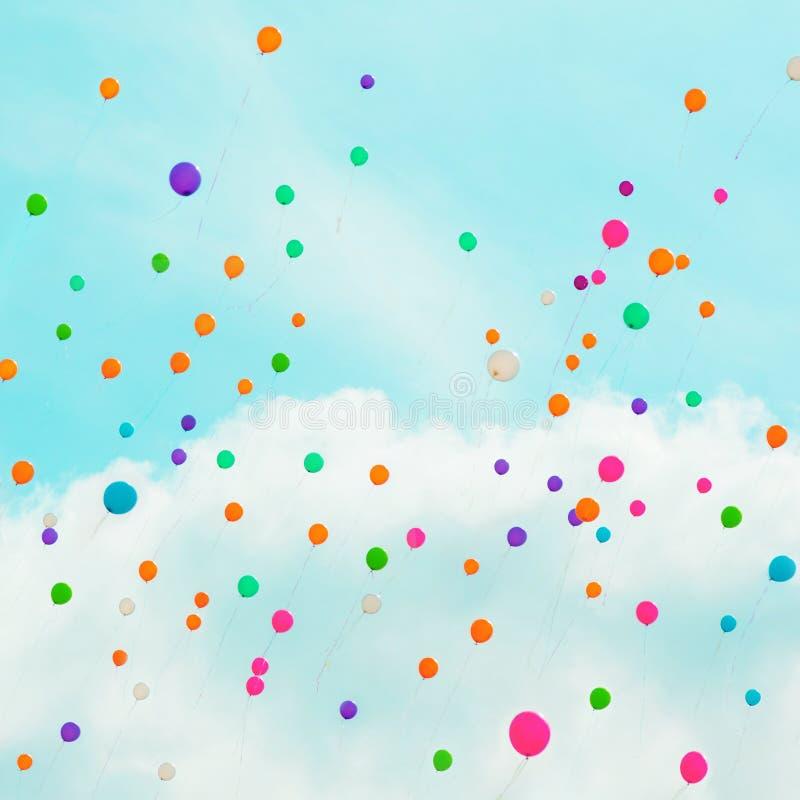 Achtergrond met multicolored vliegende ballons in blauwe hemel stock foto's
