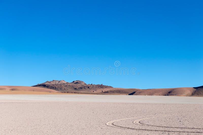 Achtergrond met onvruchtbaar woestijnlandschap in de Boliviaanse Andes, in het Natuurreservaat Edoardo Avaroa stock foto
