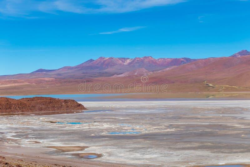 Achtergrond met onvruchtbaar woestijnlandschap in de Boliviaanse Andes, in het Natuurreservaat Edoardo Avaroa stock fotografie