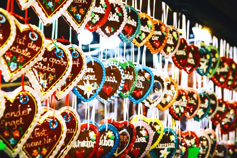 Achtergrond met peperkoeken bij de Kerstmismarkt stock fotografie