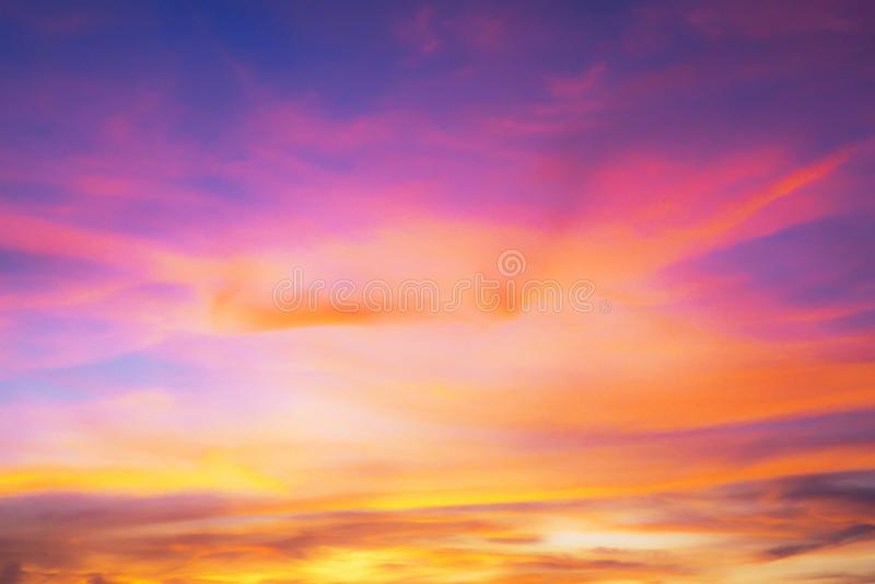Achtergrond met purpere hemel en donker roze bij zonsondergang royalty-vrije stock afbeeldingen