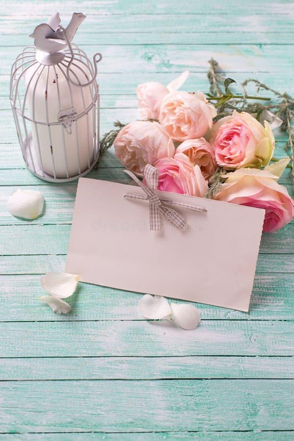 Achtergrond met verse rozenbloemen, kaars in decoratieve vogel c stock afbeelding