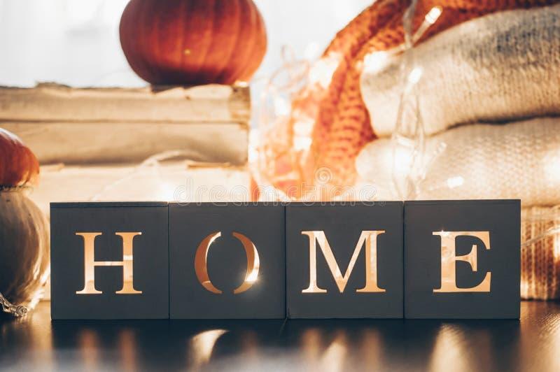 Achtergrond met warme sweaters en het inschrijvingshuis Stapel van gebreide kleren met bladeren, pompoenen coziness Het concept v royalty-vrije stock foto