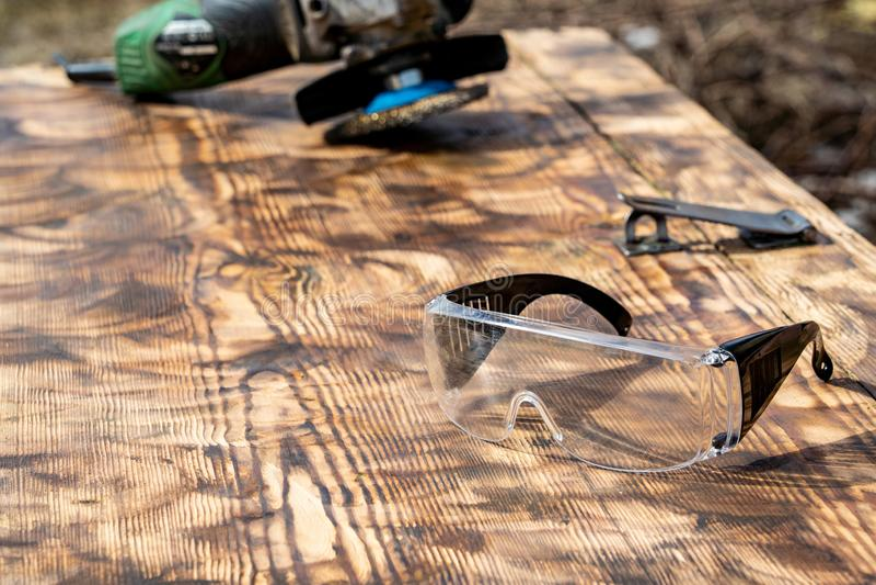 Achtergrond opgepoetste houten van de molen schurende wiel en veiligheid bril royalty-vrije stock afbeelding