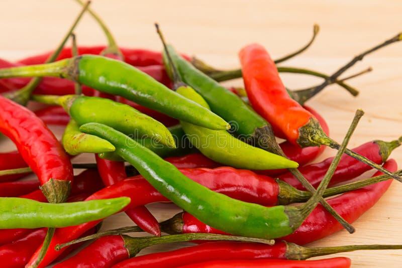 Achtergrond plantaardig lang groen peulencontrast met rood close-up heel wat geheel fruit royalty-vrije stock afbeelding
