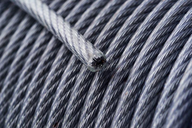 Achtergrond Rol van staalkabel Staalkabel in vinylvlecht Dwarsdoorsnede van kabel stock afbeeldingen
