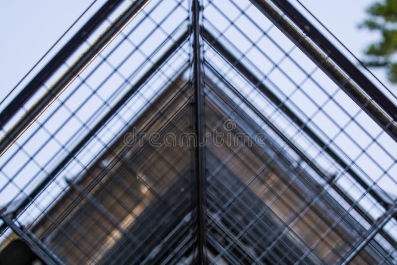 Achtergrond of textuur in de blauwe hemel van een dwarsligger van de bouw van roosters Weergeven van balkons van onderaan Kooi, n royalty-vrije stock afbeelding