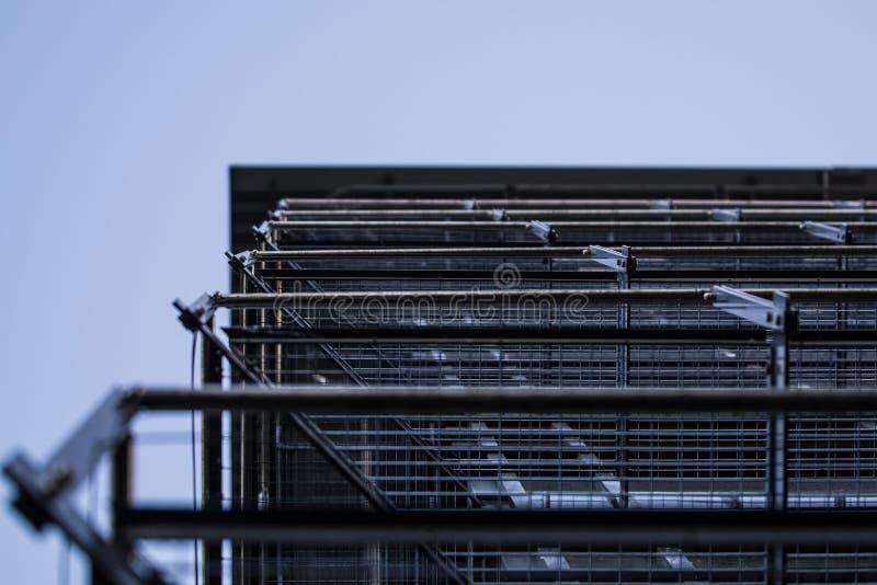 Achtergrond of textuur in de blauwe hemel van een dwarsligger van de bouw van roosters Weergeven van balkons van onderaan Kooi, n royalty-vrije stock foto's