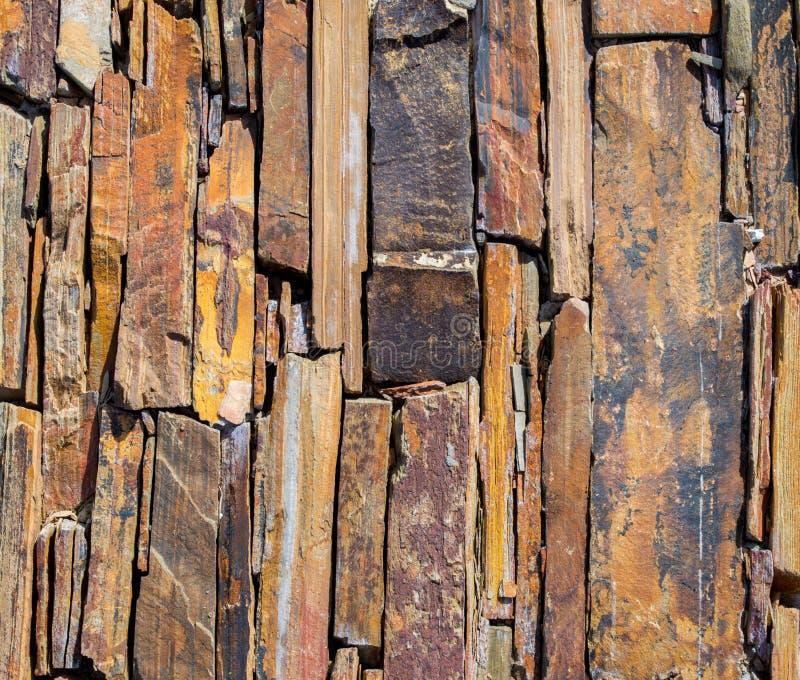 Achtergrond textuur-dichte omhoog gekartelde stenen op een walbaan stock afbeeldingen