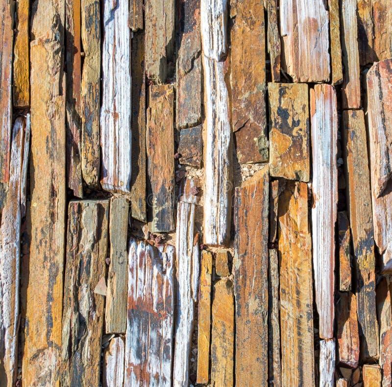 Achtergrond textuur-dichte omhoog gekartelde stenen op een walbaan royalty-vrije stock foto