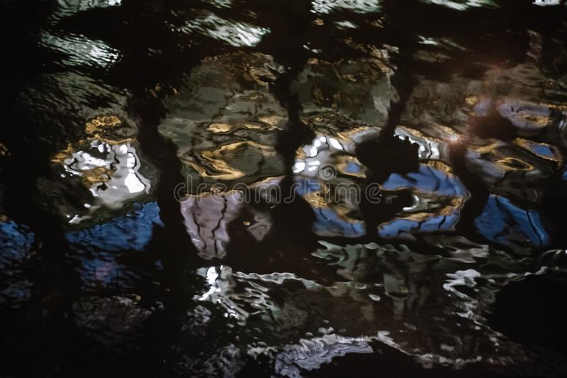 Achtergrond vage watertextuur bij nacht Kleurenhoogtepunten op het water Kan als achtergrond voor tekst of een backgroundon worde vector illustratie