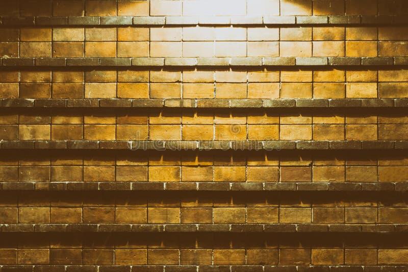 Achtergrond van bakstenen muur van door straatlantaarn hierboven wordt verlicht die stock afbeelding