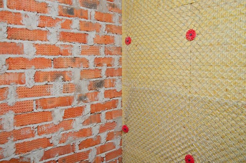 Achtergrond van bakstenen muur en een muur van isolatie stock foto