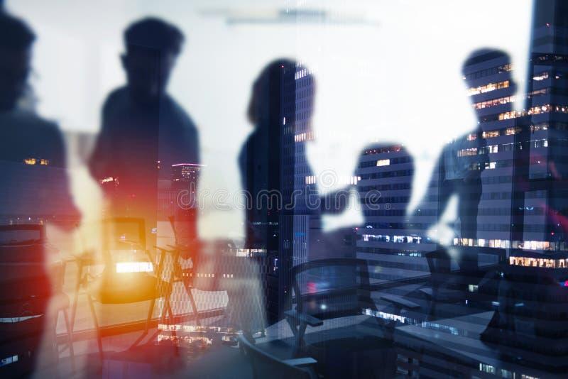 Achtergrond van bedrijfsmensen die tijdens nacht werken stock foto