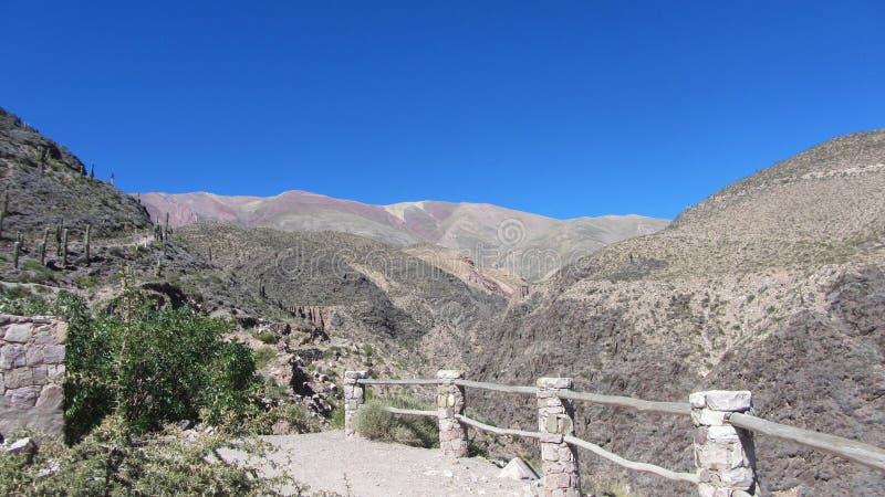 Achtergrond van bergen, op de manier aan stock foto's